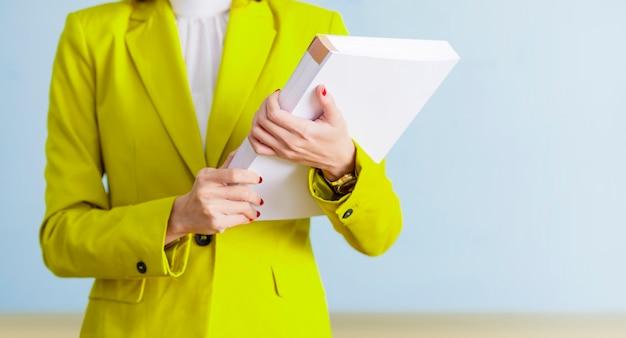Empresária de pé enquanto segura o livro Foto Premium