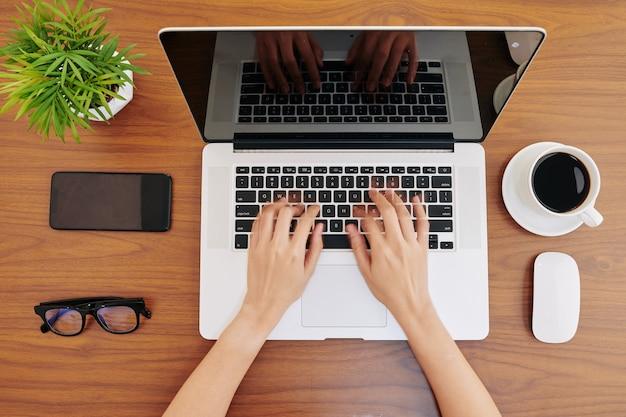 Empresária digitando no laptop Foto Premium