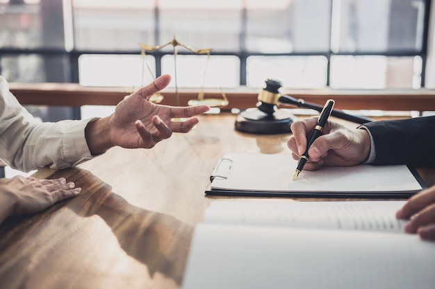 Empresária e advogados do sexo masculino trabalhando e discussão tendo no escritório de advocacia no escritório Foto Premium