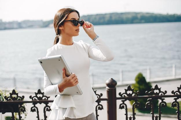 Empresária elegante em uma cidade de verão Foto gratuita