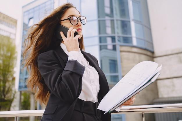 Empresária em pé ao ar livre no prédio da cidade Foto gratuita