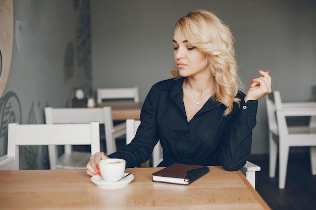 Empresária em um caffe Foto gratuita
