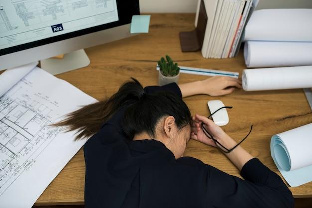 Empresária estressada e cansada Foto gratuita