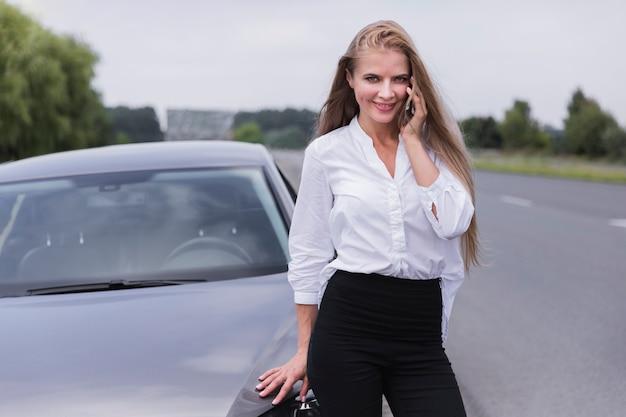 Empresária falando ao telefone Foto gratuita
