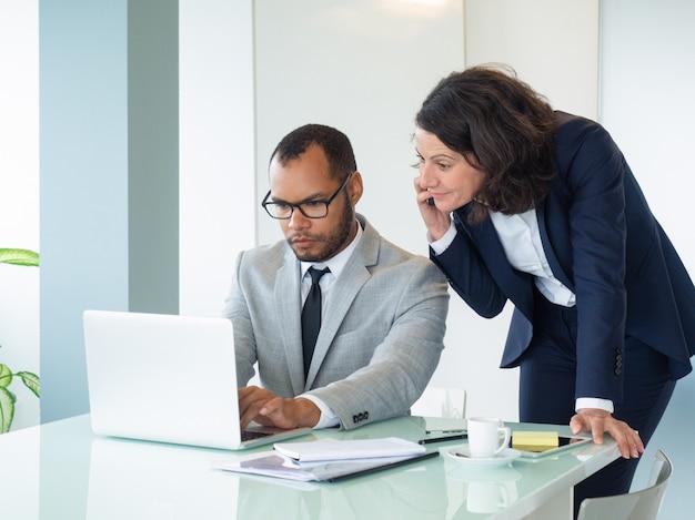 Empresária falando com cliente no celular Foto gratuita