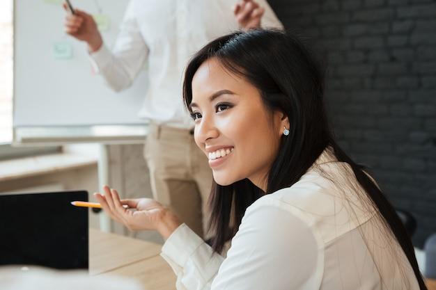 Empresária falando com colega Foto gratuita