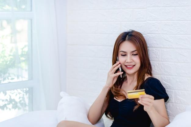 Empresária falar ao telefone com cartão de crédito Foto Premium