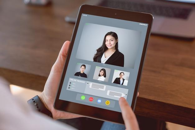 Empresária, fazendo a videochamada reunião para equipe on-line. Foto Premium