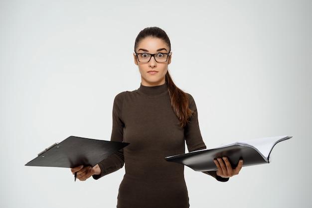 Empresária inteligente produtiva, estudando o relatório, mantenha documentos Foto gratuita