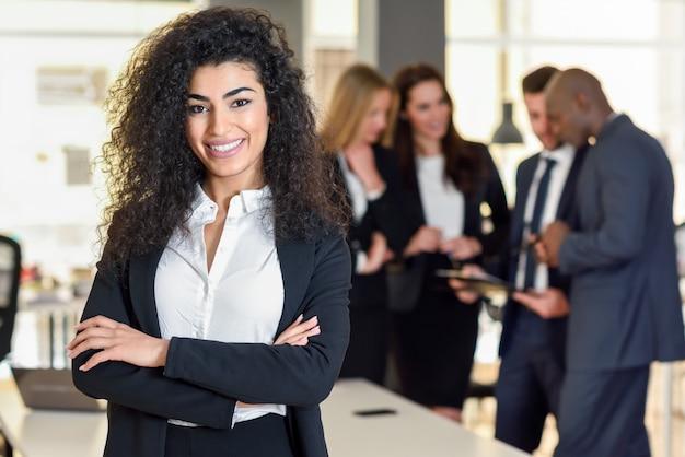 Empresária líder em escritório moderno com empresários trabalhando Foto gratuita