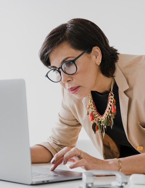 Empresária mais velha, trabalhando no laptop Foto gratuita