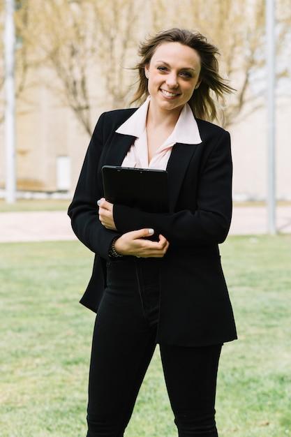 Empresária moderna e feliz ao ar livre Foto gratuita