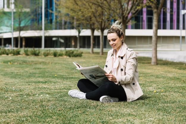 Empresária moderna relaxante no parque Foto gratuita