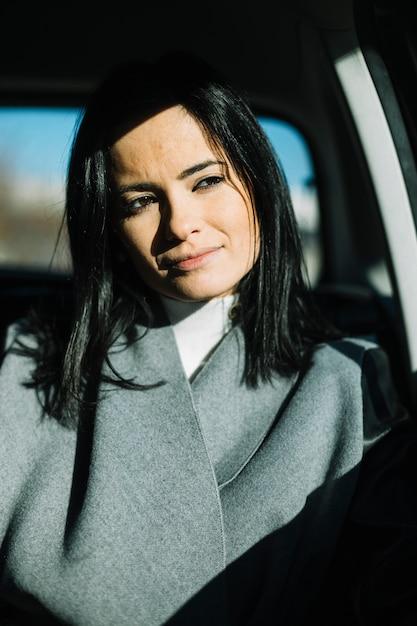Empresária moderna sentado no carro Foto gratuita
