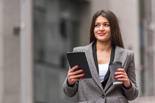 Empresária morena usando seu tablet Foto gratuita