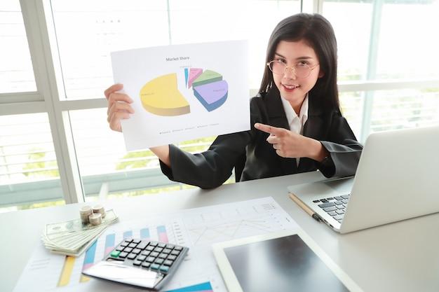 Empresária, mostrando o lucro da empresa com gráfico na sala de reunião Foto Premium