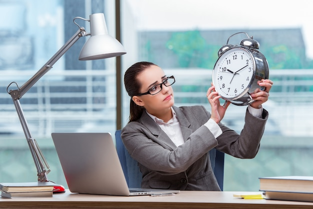 Empresária não cumprir seus prazos no conceito de negócio Foto Premium