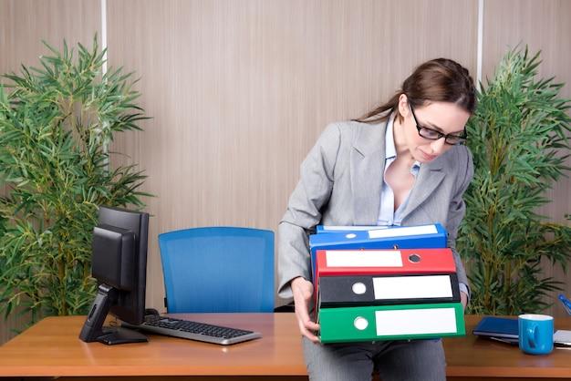 Empresária ocupada no escritório sob estresse Foto Premium