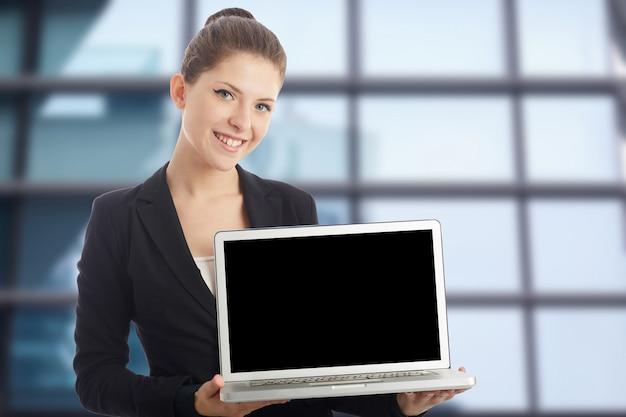 Empresária posando com laptop Foto Premium