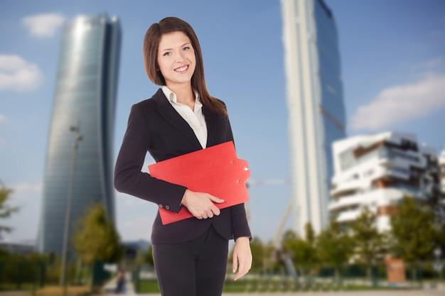 Empresária posando na rua, ambiente urbano Foto Premium