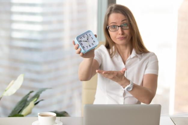 Empresária repreendendo por estar atrasado para o trabalho Foto gratuita