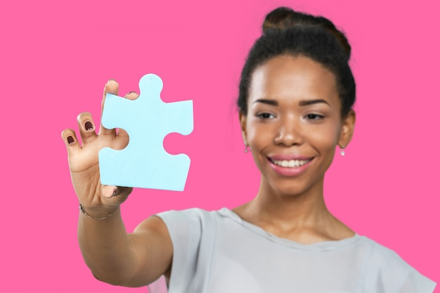 Empresária, segurando as peças do puzzle Foto Premium