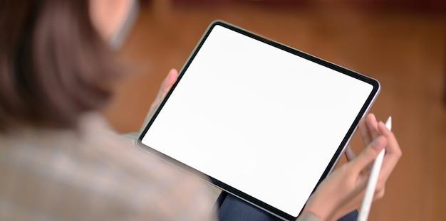 Empresária, segurando o tablet de tela em branco Foto Premium