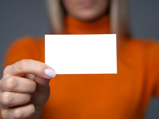 Empresária segurando um cartão de visita em branco Foto Premium