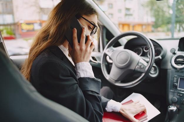 Empresária, sentado dentro de um carro Foto gratuita