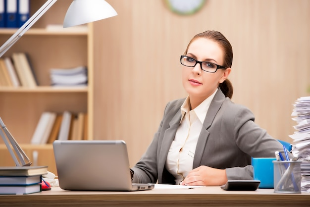 Empresária sob estresse de muito trabalho no escritório Foto Premium