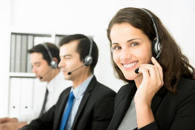 Empresária trabalhando em call center Foto Premium