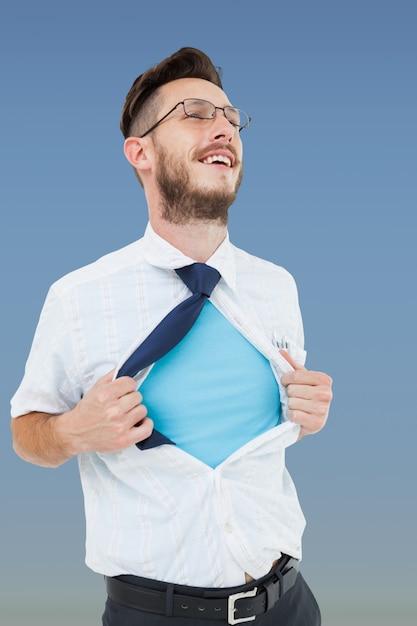 Empresário abre sua camisa Foto gratuita