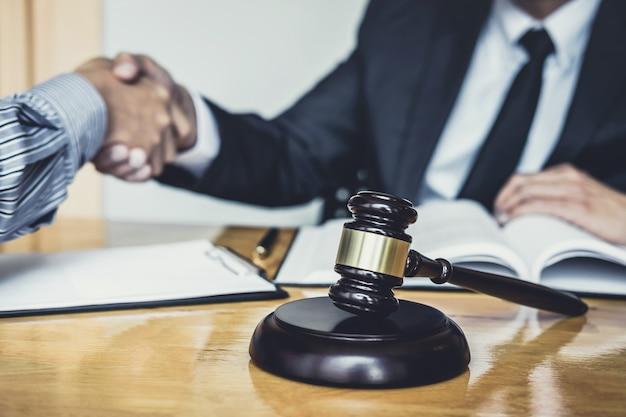 Empresário, agitando as mãos com advogado masculino depois de discutir boa parte do contrato Foto Premium