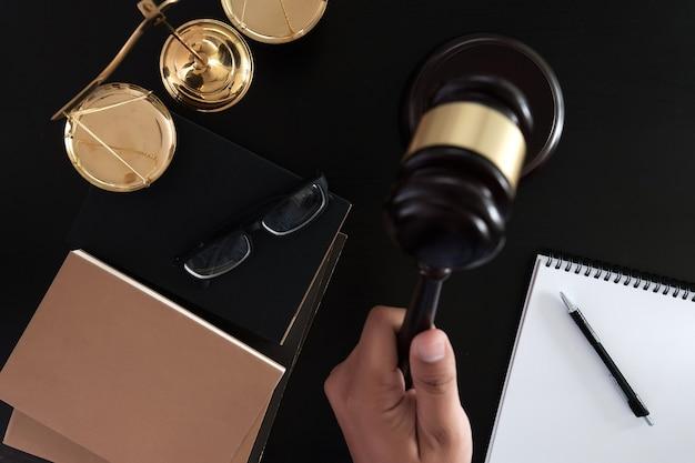 Empresário, agitando as mãos martelo de juiz com advogados da justiça confiança promise win the case Foto Premium