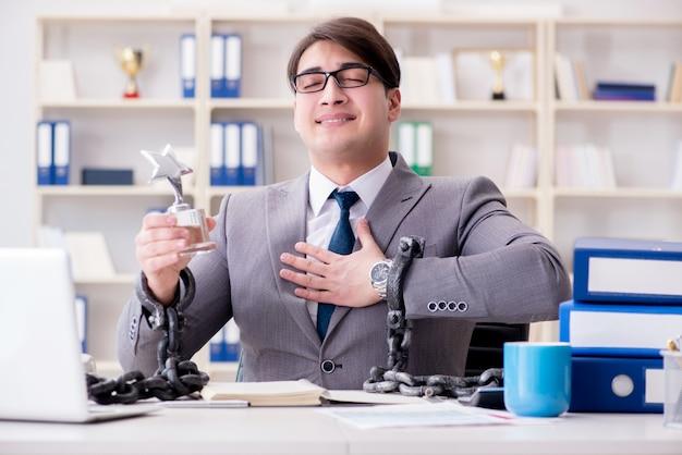 Empresário amarrado com correntes para o seu trabalho Foto Premium