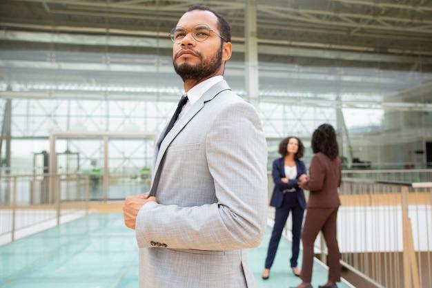 Empresário americano africano confiante Foto gratuita