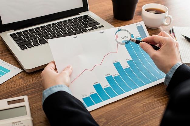 Empresário analisando gráfico de crescimento no escritório Foto gratuita