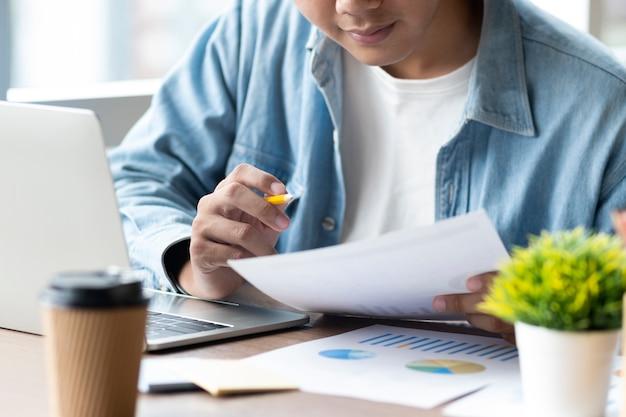 Empresário analisar dados de marketing de investimento. Foto Premium