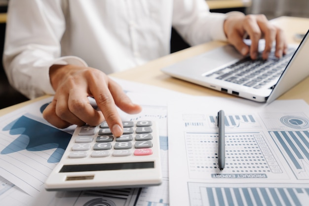 Empresário analisar dados de pesquisa de mercado de ações. Foto Premium