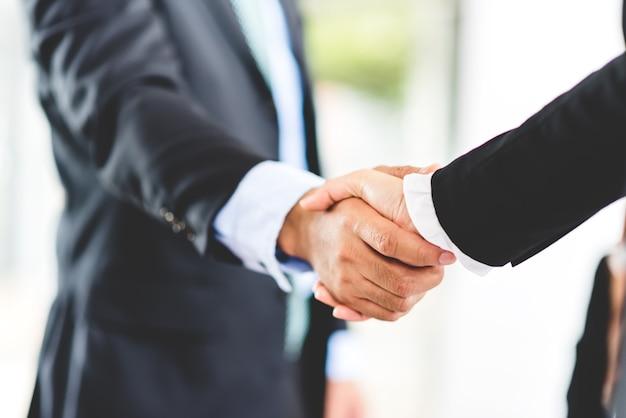 Empresário apertando a mão no acordo de sucesso Foto Premium