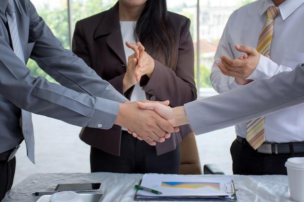 Empresário, apertando as mãos sobre uma negociação de acordo para o sucesso Foto Premium