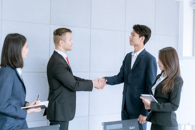 Empresário apertar as mãos acordo de grande lote vendas que acabam o objetivo de planos de marketing da empresa Foto Premium