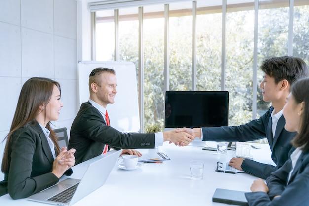 Empresário apertar as mãos concorda em assinar contrato corporativo se juntar risco Foto Premium