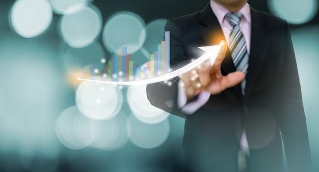 Empresário, apontando o gráfico e o conceito de seta Foto Premium
