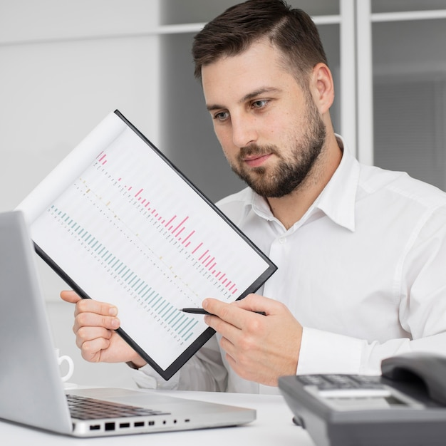 Empresário apresentando projeto no escritório Foto gratuita