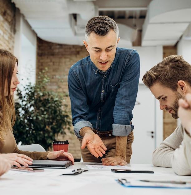Empresário apresentando um projeto em uma reunião Foto Premium