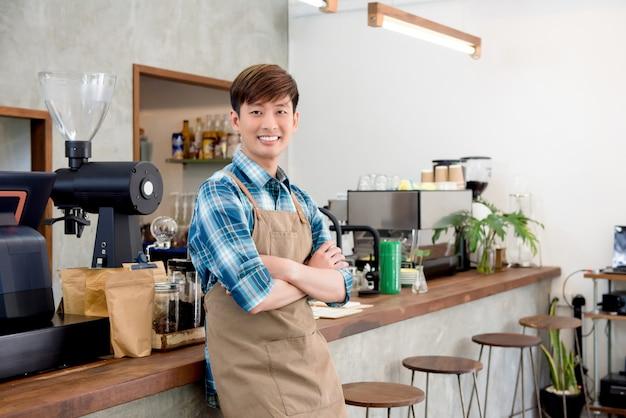 Empresário asiático jovem alegre na cafeteria Foto Premium