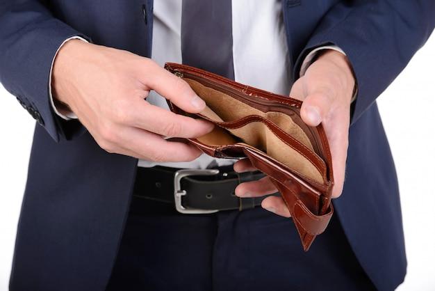Empresário bem vestido com carteira vazia, sem dinheiro. Foto Premium