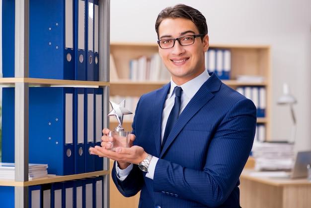Empresário bonito com prêmio de estrela Foto Premium