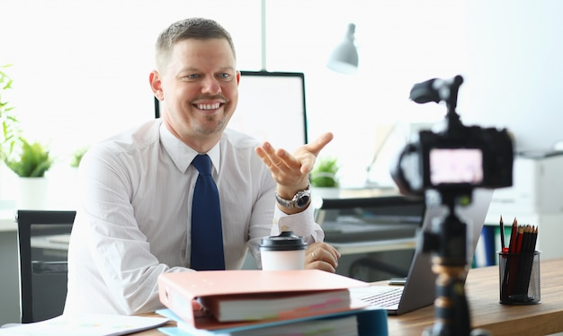 Empresário caucasiano adulto fazer oficina on-line Foto Premium